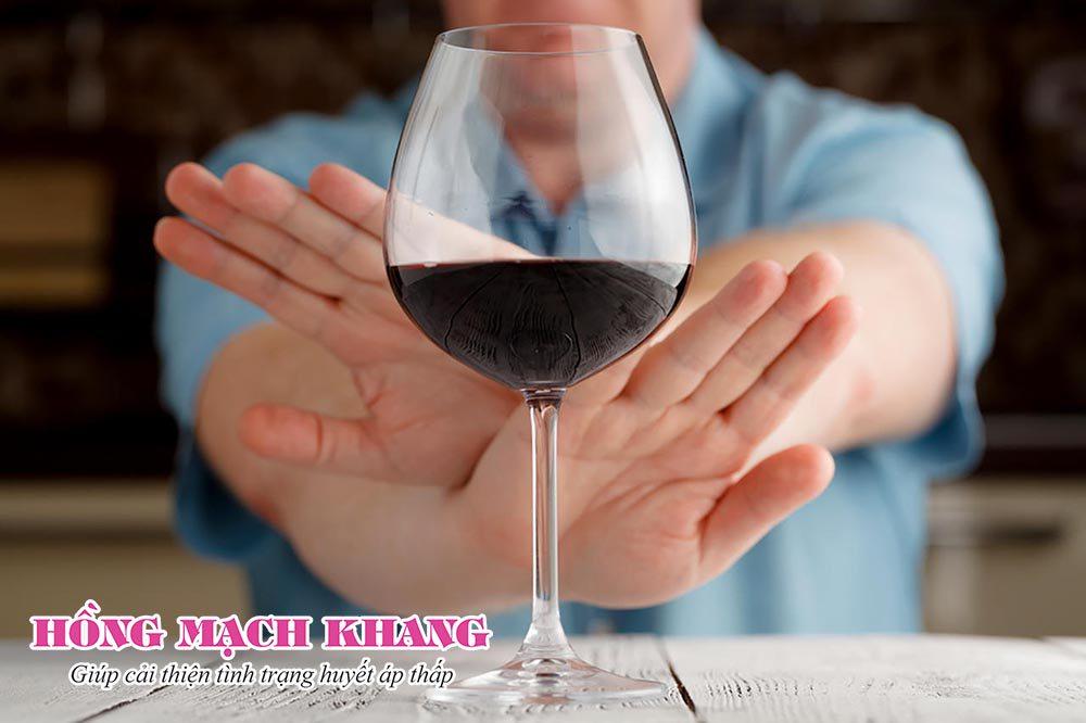 Người bệnh huyết áp thấp nên hạn chế uống rượu bia trong dịp Tết